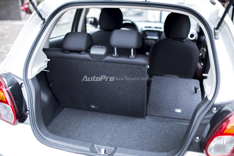 Hàng ghế thứ 2 bên trong Mitsubishi Mirage 2016 có thể gập xuống để tăng không gian chứa đồ.