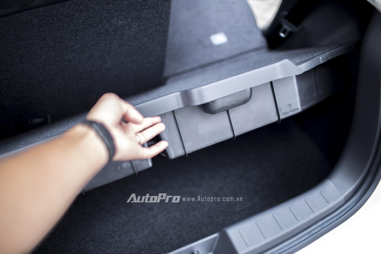 Khoang hành lý của Mitsubishi Mirage 2016 cũng có 2 tầng riêng biệt có thể tháo riêng để tăng không gian để đồ.