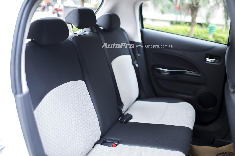 Hàng ghế sau của Mitsubishi Mirage 2016 được trang bị 3 tựa đầu.