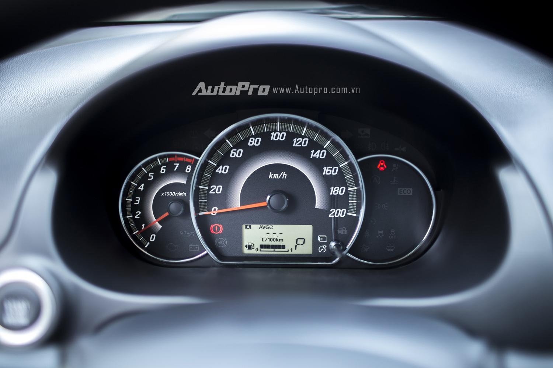Đồng hồ phía sau vô-lăng là sự kết hợp giữa dạng cơ và kỹ thuật số với thiết kế khá truyền thống.