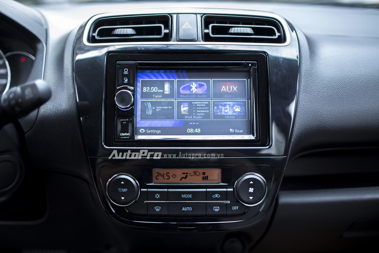 Đầu DVD tích hợp màn hình LCD cảm ứng cùng hàng loạt kết nối đa phương tiện như Bluetooth/AUX/USB.