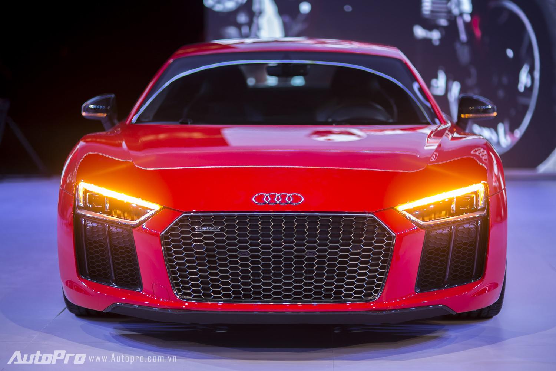 Nhìn từ phía trước, Audi R8 V10 Plus mang cảm giác bề thế hơn.
