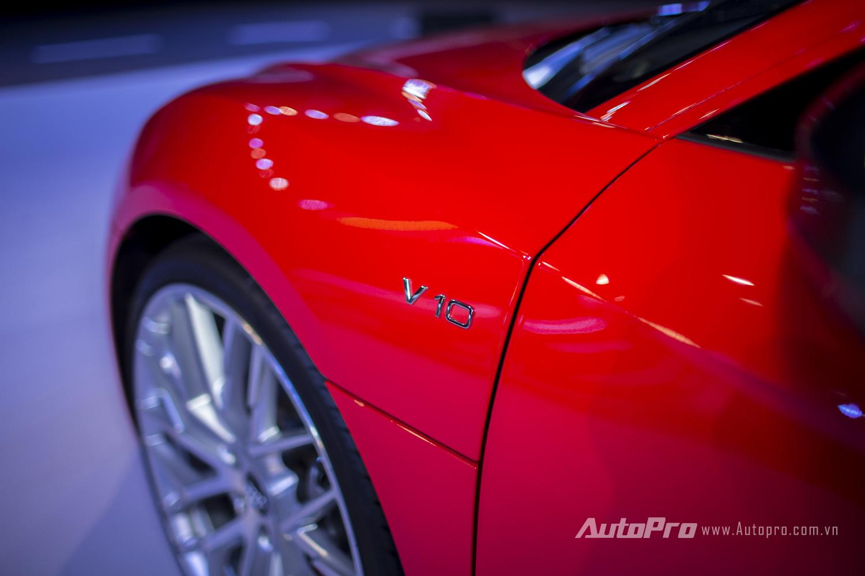 Ký hiệu V10 trên thân xe nhằm ám chỉ khối động cơ V10 được đặt phía sau của Audi R8 V10 Plus.