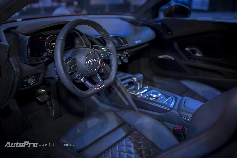 Có thể thấy nội thất của Audi R8 V10 Plus mang đậm chất thể thao khi không có những chi tiết rườm rà dễ gây mất tập trung.