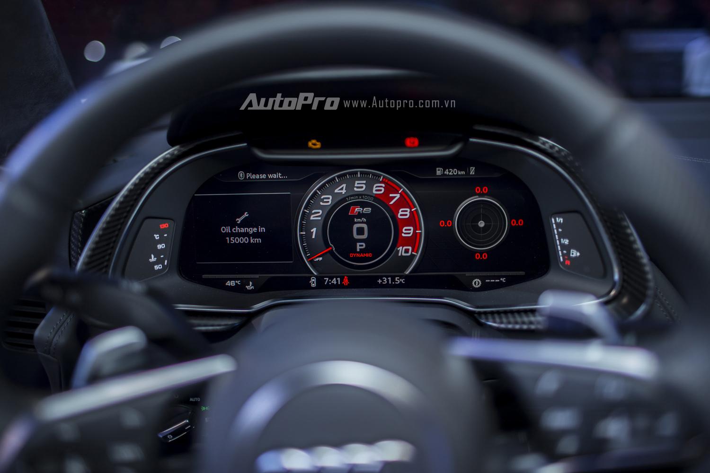 Màn hình hiển thị phía sau vô-lăng của Audi R8 V10 Plus là dạng màn hình điện tử giúp hiển thị đa thông tin.