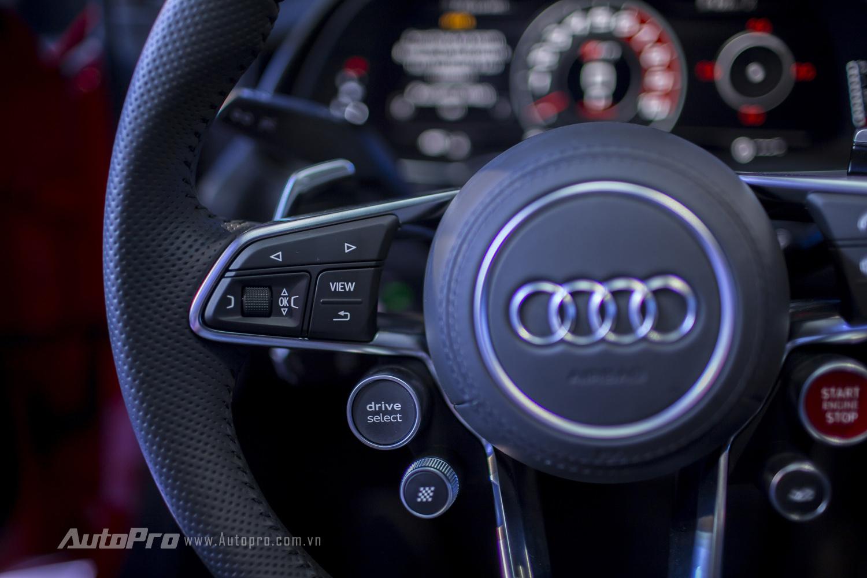 Bên trái vô-lăng là các nút điều khiển thông tin và nút chọn chế độ lái -Drive Select.