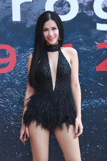Ca sĩ Đông Nhi rạng rỡ trong trang phục biểu diễn khá táo bạo.
