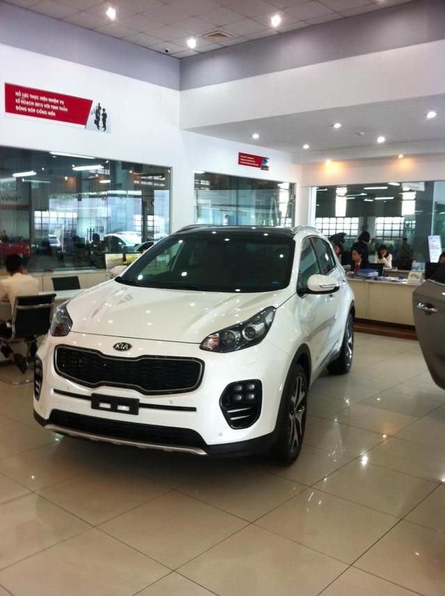 Kia Sportage thế hệ mới âm thầm xuất hiện tại Việt Nam vào cuối năm 2015 không đủ để kéo lại doanh số bán ra cho mẫu xe này.