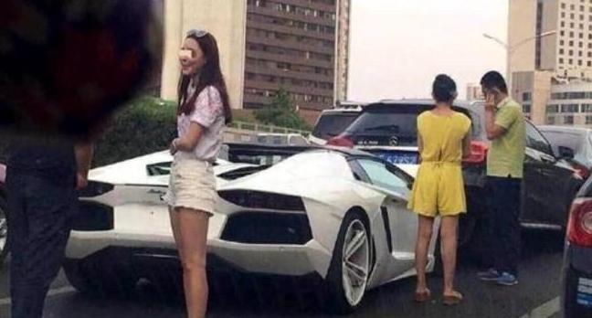 Bạn gái của Lý Dịch Phong (quần trắng) tại hiện trường vụ tai nạn.