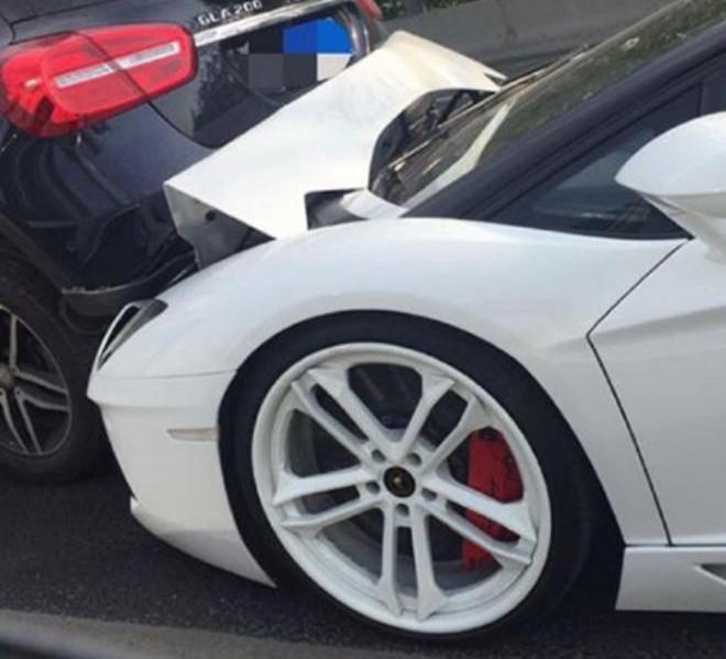 Cú tông vào đuôi chiếc Mercedes-Benz GLA khiến phần đầu siêu xe Lamborghini Aventador mui trần hư hỏng nặng.