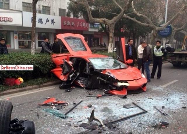 Siêu xe Lamborghini Aventador banh xác khi va chạm với xe buýt vào tháng 2/2014.
