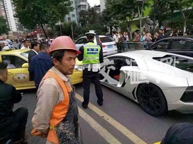 Taxi va chạm với Lamborghini Aventador.