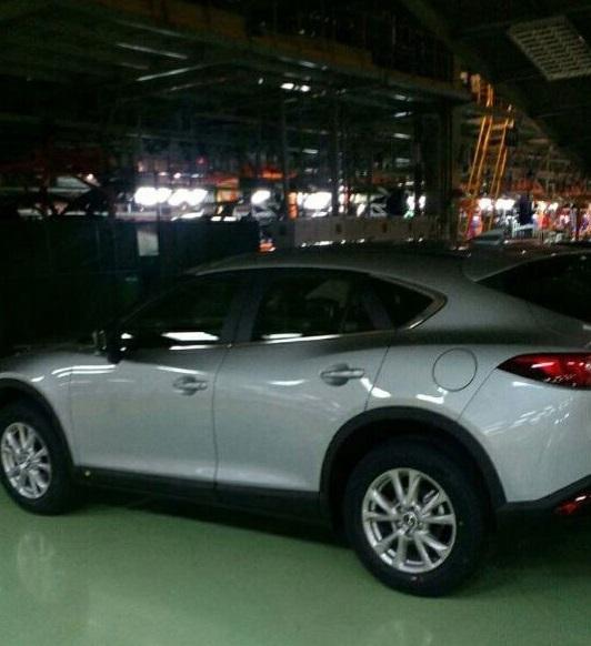 Vòm lốp hiền lành đi kèm với la-zăng cỡ nhỏ, không hầm hố như mẫu Mazda Koeru.