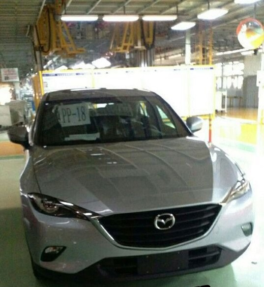 Lưới tản nhiệt và loạt chi tiết ở phần đầu không quá xa lạ khi giống với hầu hết các mẫu xe Mazda tung ra thị trường thời gian gần đây, ví dụ như Mazda 2 mới được bán ra tại Việt Nam.