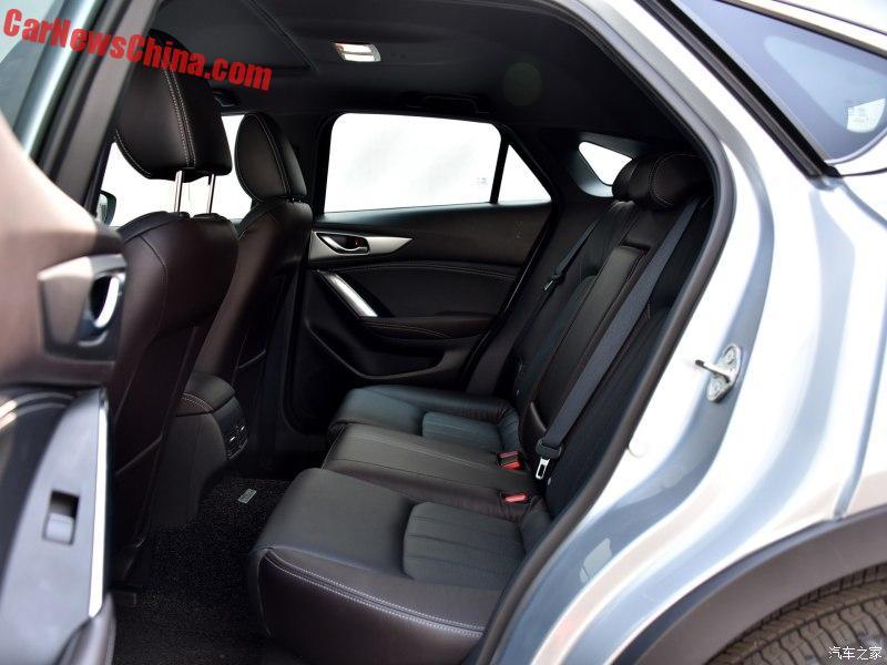 Vì trần xe dốc xuống nên hàng ghế sau của Mazda CX-4 không thực sự rộng rãi.