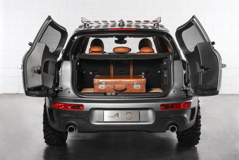 Nóc xe được bố trí giá để hàng trong khi cốp sau được nới rộng không gian để tối ưu hóa khả năng chở hàng hóa và hành lý.