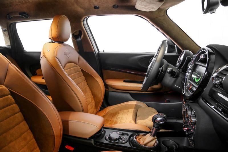 Ghế xe phủ da màu nâu đối lập với tông màu đen của bảng điều khiển cũng như các chi tiết trên cửa xe.