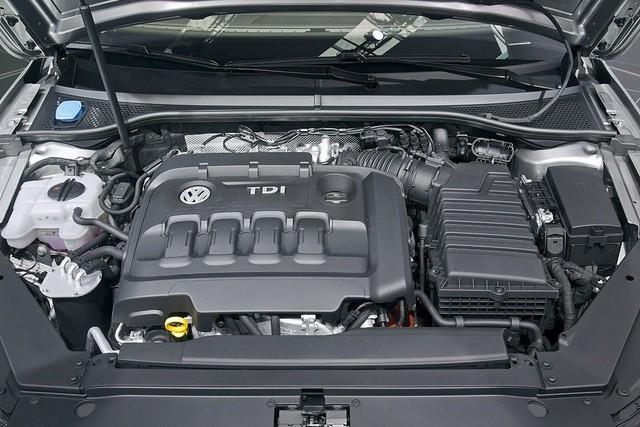Volkswagen Passat 2016 sử dụng động cơ tăng áp TSI, dung tích 1,8 lít, sản sinh công suất tối đa 180 mã lực và mô-men xoắn cực đại 250 Nm. Kết hợp hộp số tự động 7 cấp DSG cho phép xe có khả năng tăng tốc từ 0 đến 97 km/h chỉ trong thời gian 7,7 giây trước khi đạt tốc độ tối đa 232km/h.