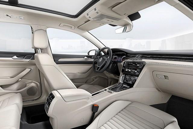 Thế hệ thứ 8, Passat có diện tích khoang lái rộng hơn mang đến cảm giác thoải mái cho cả người lái lẫn hành khách trên xe, ghế thể thao bọc da cao cấp, ghế người lái và hành khách phía trước chỉnh điện 14 hướng, chức năng nhớ vị trí và massage cho người lái. Hàng ghế sau có thể gập theo tỉ lệ 60/40.
