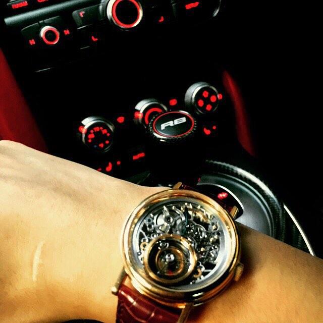 Chiếc đồng hồ Breguet Classique 5355 Grande Complication Tourbillon Messidor được Bảo Hưng sử dụng khi điều khiển chiếc xe Audi R8. Và giá của mẫu đồng hồ Breguet này cũng có giá khoảng 3 tỉ đồng.