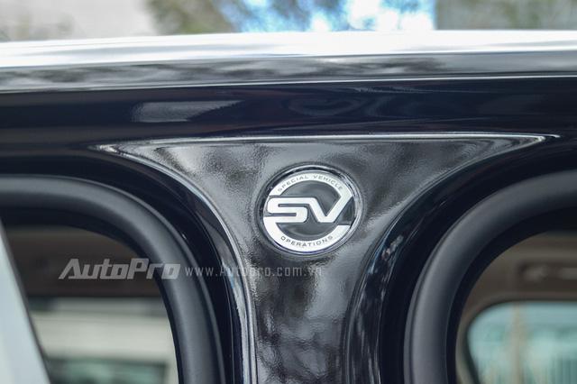 Huy hiệu Special Vehicle Operations nằm giữa 2 cửa trước/sau như dấu hiệu nhận biết đây là phiên bản mạnh mẽ, đắt nhất trong dòng Range Rover tại thị trường Việt Nam.
