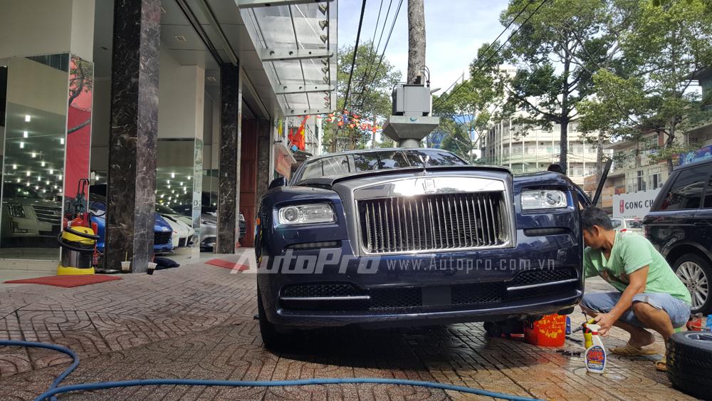 Rolls-Royce Wraith được sinh ra với vóc dáng thể thao mạnh mẽ của những chiếc coupe nhằm tiếp cận đến các khách hàng trẻ tuổi hơn, tuy nhiên, vẫn mang hình dáng đặc trưng của một chiếc Rolls-Royce như lưới tản nhiệt, biểu tượng Spirit of Ecstasy, cụm đèn pha vuông vức và tất nhiên là một nội y sang trọng.