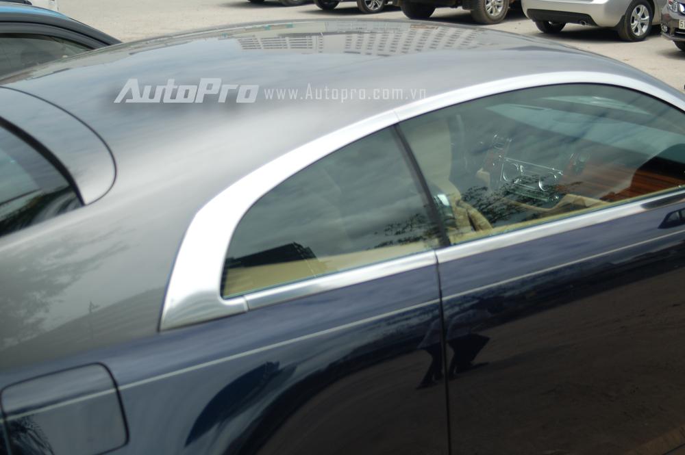 Bên trong khoang lái Rolls-Royce Wraith là các trang thiết bị sang trọng và cao cấp không kém gì Phantom. Cụ thể, xe đi kèm nội thất bọc da và ốp gỗ giống du thuyền hạng sang. Chất liệu gỗ được sử dụng cả ở bảng điều khiển, hai bên cửa và bao quanh hàng ghế sau.