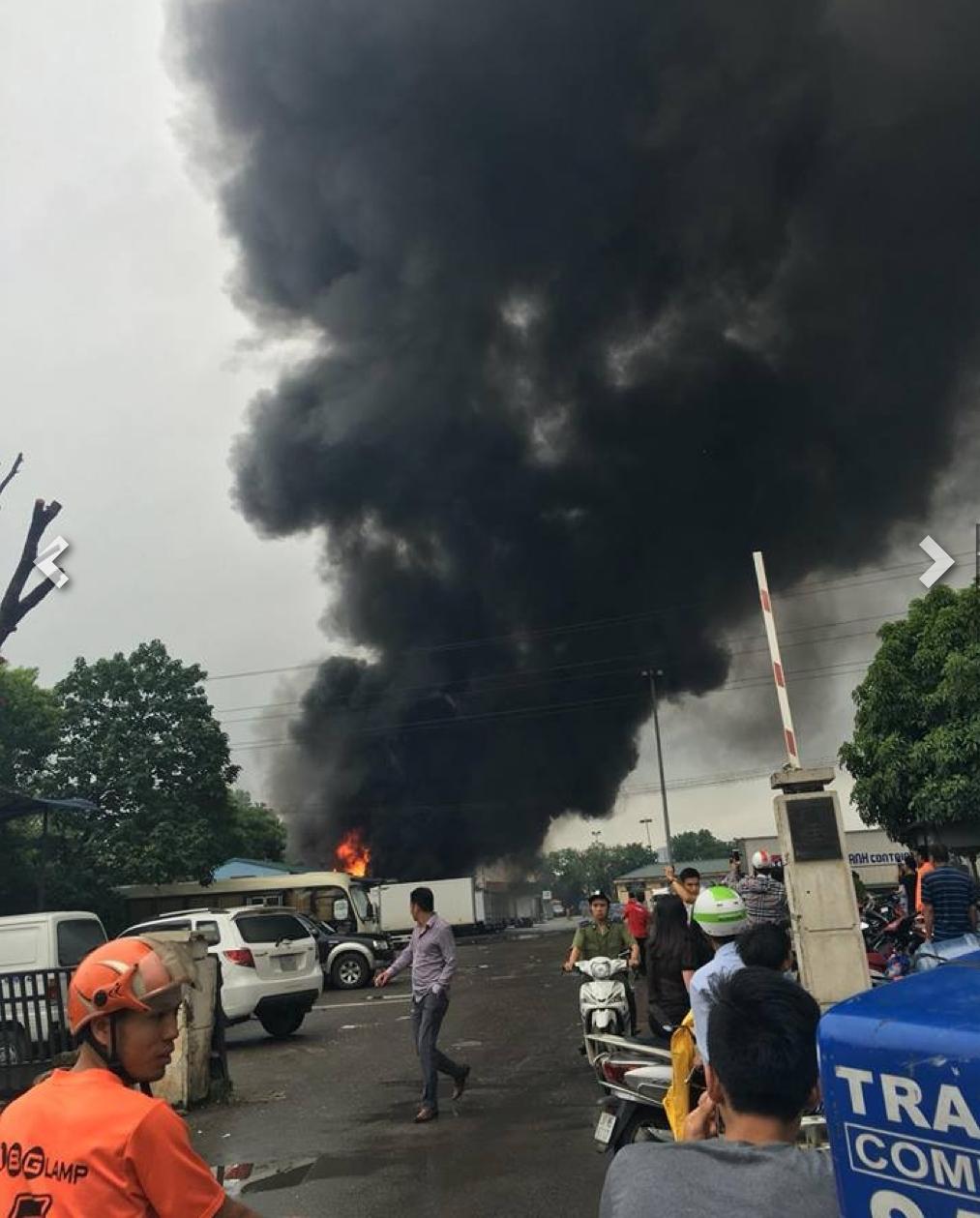 Người dân nhanh chóng được sơ tán khỏi khu vực đám cháy đang diễn ra.
