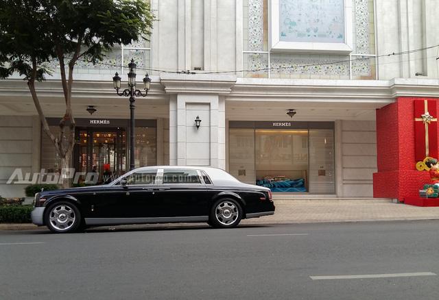 Chiếc Rolls Royce Phantom Rồng màu đen-bạc của đại gia Trung Nguyên đỗ trên phố.