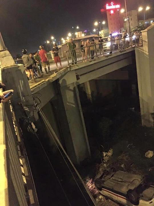 Một phần lan can của cầu Chữ Y bị taxi đâm gãy và rơi xuống đất.
