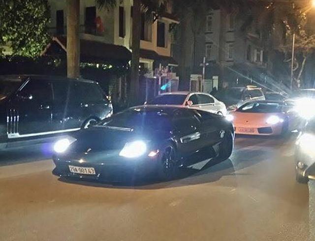 Lamborghini Murcielago LP640 màu đen bóng xuất hiện trong đoàn rước dâu, từng nổi tiếng khi tham gia hành trình Car&Passion vào năm 2011. Sau đó siêu xe này được đại gia Hà thành mua về làm bộ sưu tập.