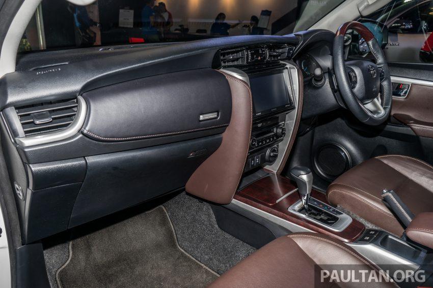 Cụm đồng hồ của Toyota Fortuner 2016 có thiết kế tương tự phiên bản Camry mới với màn hình màu đa thông tin LCD, 4,2 inch, bản xăng ghế lái chỉnh điện 8 hướng, trong khi bản diesel là chỉnh tay.