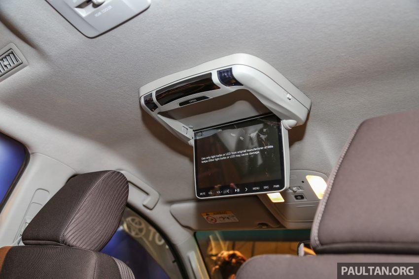 Trần xe phía sau của Toyota Fortuner 2016 còn được trang bị màn hình cảm ứng cỡ nhỏ phục vụ việc giải trí cho các hành khách phía sau.