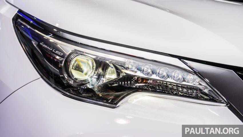 Ở phiên bản máy xăng 2,4 lít, Toyota Fortuner 2016 nhận được những trang bị cao cấp như đèn pha LED, đèn LED chiếu sáng ban ngày cũng là điểm nhấn nổi bật.