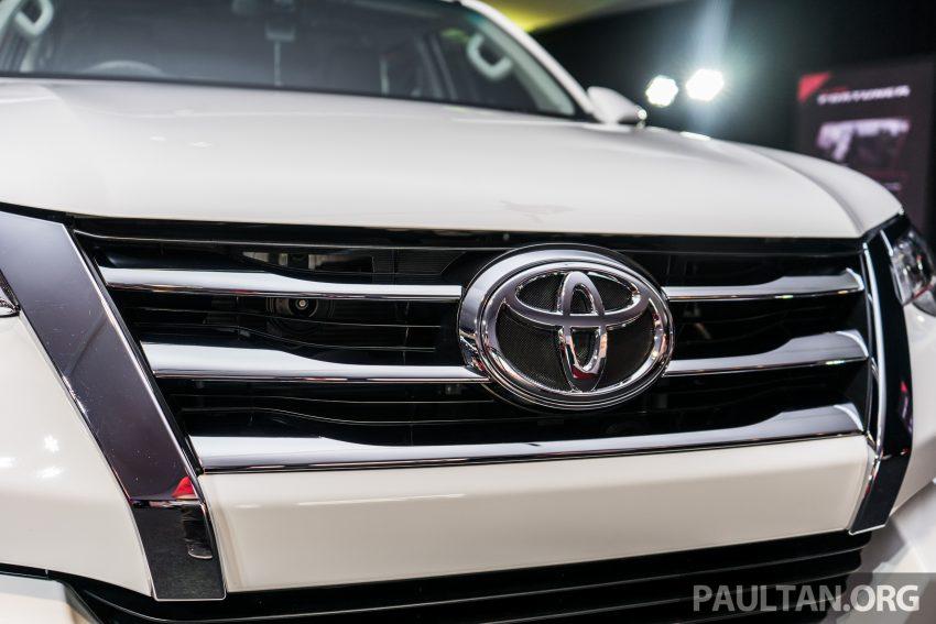 Lưới tản nhiết thiết kế mới giúp phần đầu xe Toyota Fortuner 2016 ấn tượng hơn trước, điểm nhấn là 3 thanh ngang đầy đặn nằm ngang và thẳng đứng hai bên hông được mạ crôm sáng bóng.