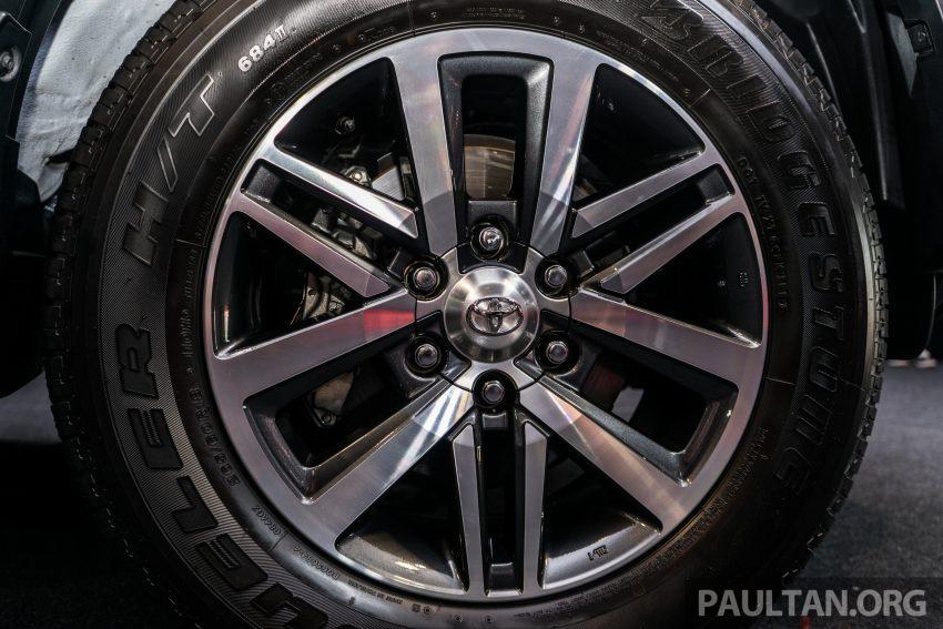 Thay cho la-zăng 17 inch trên phiên bản diesel, bản 2,4 lít sử dụng động cơ xăng được trang bị vành hợp kim 18 inch, đi kèm là bộ lốp có kích thước 265/60.