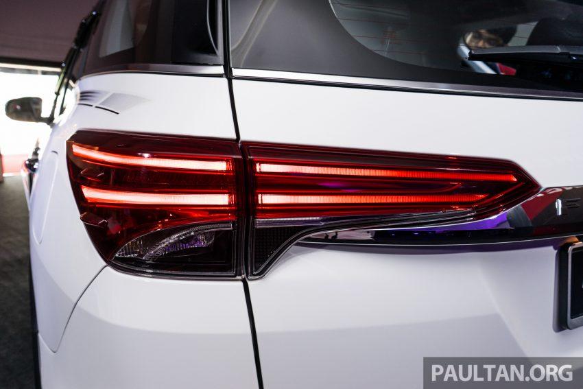 Cụm đèn hậu thiết kế sắc sảo khi trải dài sang phần hông xe và được nối với nhau bằng thanh ngang mạ côm sáng loáng. Tất nhiên công nghệ LED tiên tiến cũng được trang bị.