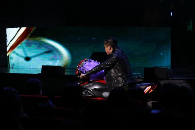 Tuấn Hưng lái Ducati Diavel Crome vào sân khấu khi Lệ Quyên đang hát. Ảnh: Soha/Trí Thức Trẻ