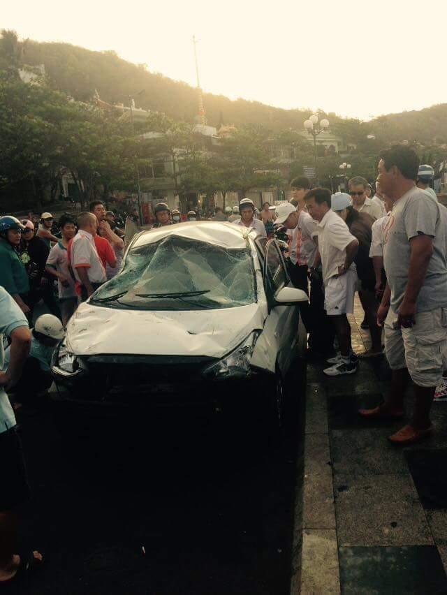 Ngay khi được cẩu lên bờ chiếc taxi thu hút nhiều sự chú ý.