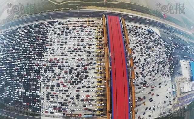 Vụ tắc đường cũng xảy ra tại một trạm thu phí.