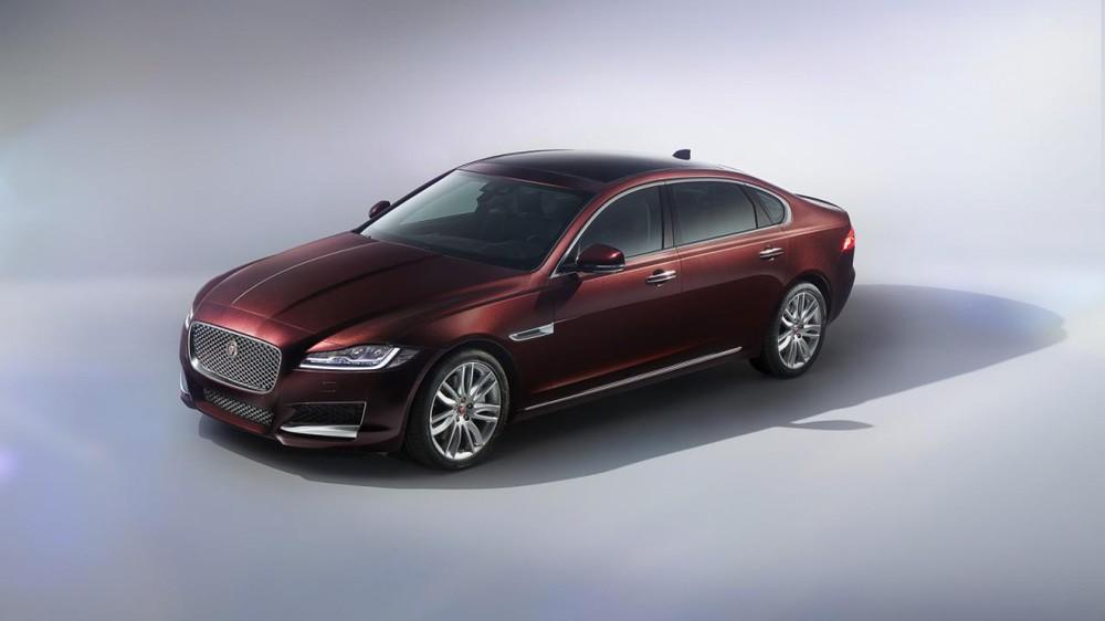 Triển lãm Bắc Kinh 2016 dường như là sân chơi của những mẫu xe trục cơ sở dài. Ngoài Mercedes-Benz E-Class LWB, BMW X1 LWB và Audi A4L mới, còn có một mẫu xe trục cơ sở dài khác ra mắt tại triển lãm Bắc Kinh năm nay, đó là Jaguar XFL 2016.