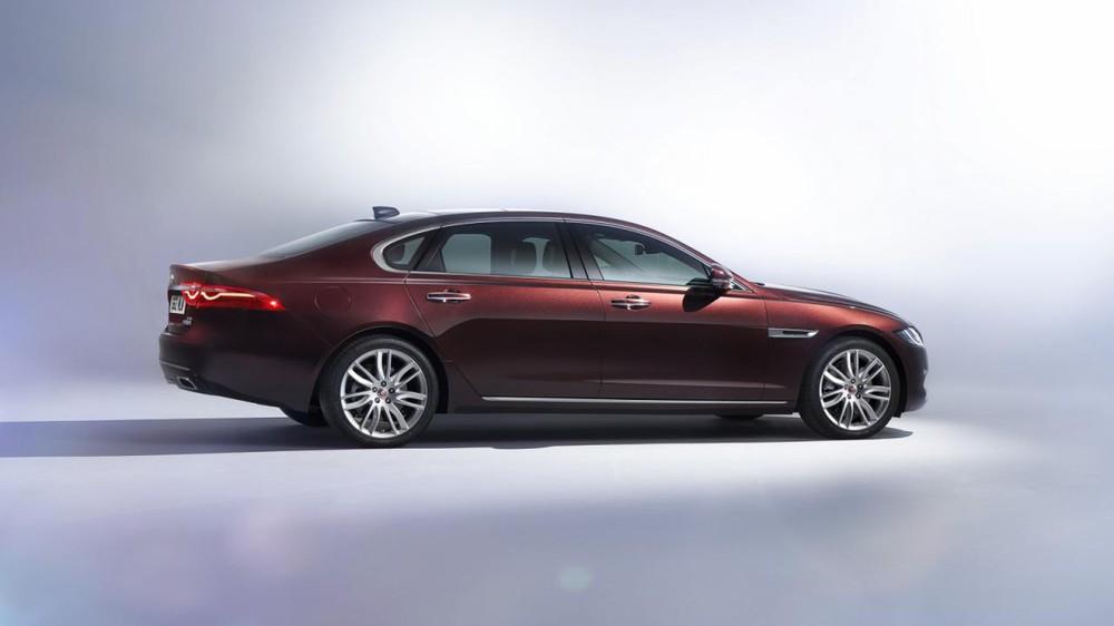 Chỉ cần nghe tên, nhiều người có lẽ cũng đoán ra Jaguar XFL thực chất là phiên bản kéo dài của mẫu sedan hạng sang XF quen thuộc. Đồng thời, Jaguar XFL cũng dành cho những ai thích xe kéo dài mà lại không đủ điều kiện mua XJ.