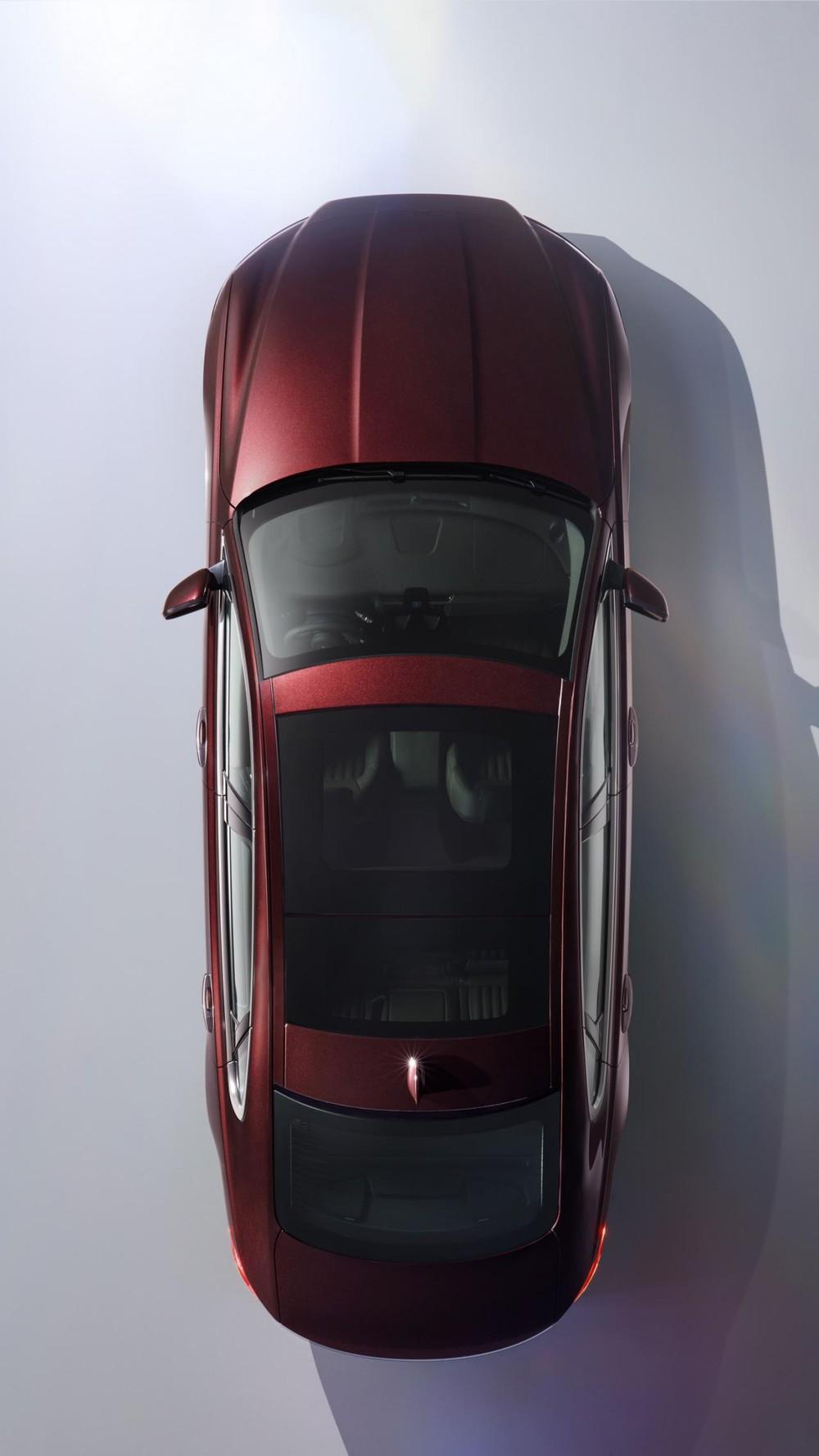 Là mẫu xe dành riêng cho thị trường Trung Quốc, Jaguar XFL cạnh tranh với những đối thủ chính như Mercedes-Benz E-Class LWB. So với XF tiêu chuẩn, Jaguar XFL dài hơn 140 mm, từ đó nới rộng thêm 157 mm khoảng duỗi chân dành cho hành khách ngồi trên hàng ghế sau. Ngoài ra, khoảng trống dành cho đầu gối của hành khách trên hàng ghế sau cũng được bổ sung thêm 116 mm.