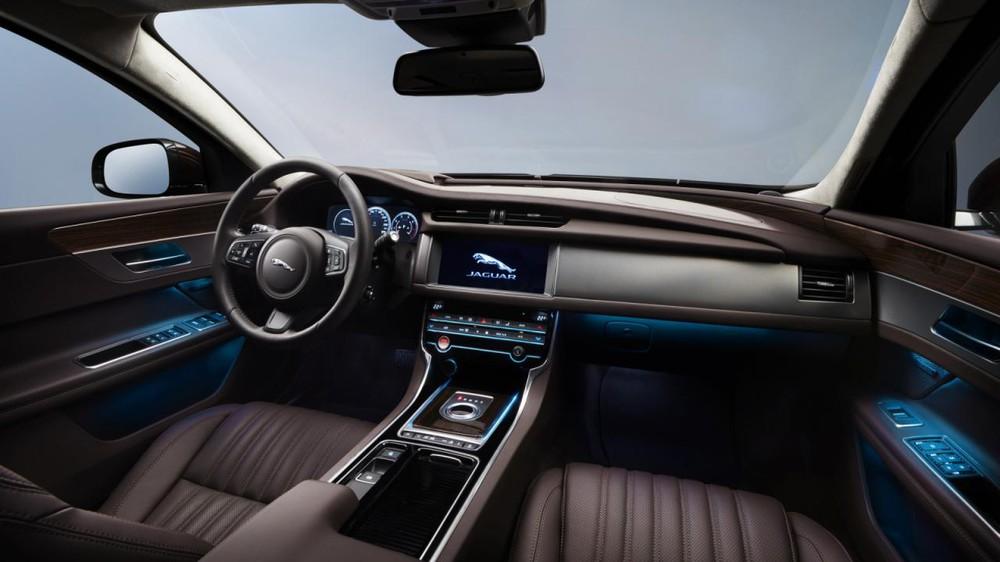 Ngoài ra, Jaguar XFL còn có hệ thống thông tin giải trí InControl Touch Pro với màn hình 10,2 inch kết hợp cùng dàn âm thanh vòm Meridian 825 W và 17 loa.