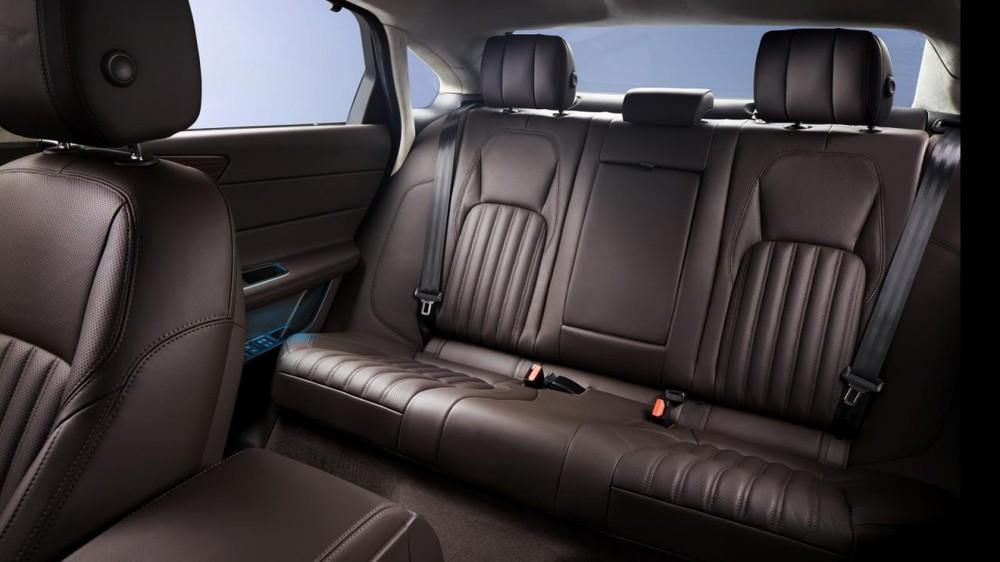 Ghế sau dành cho hành khách có cả tính năng sưởi ấm, làm mát và mát-xa với tựa lưng chỉnh điện 4 hướng. Đó là còn chưa kể đến hệ thống i-on hóa làm sạch không khí, rèm che nắng và bàn gấp phía sau.