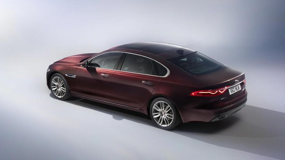 So với XF tiêu chuẩn, Jaguar XFL không có gì khác biệt về mặt thiết kế, trừ chiều dài cơ sở nới thêm và cửa sau bên sườn dài hơn. Hãng Jaguar phát triển XFL cho những người có tài xế riêng nên tập trung nhiều vào khoang hành khách phía sau.