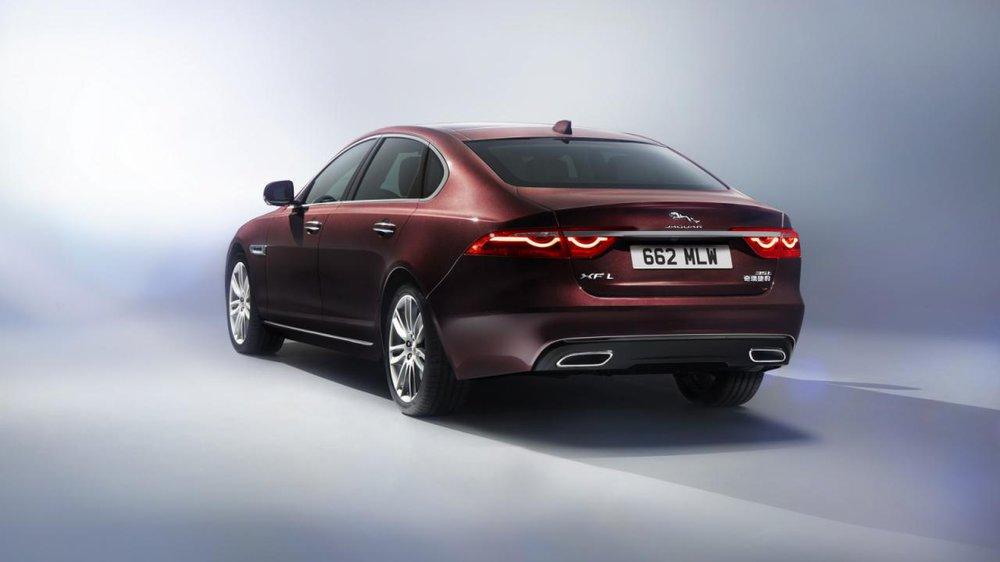 Tại thị trường Trung Quốc, Jaguar XFL chỉ có hệ dẫn động 4 bánh và hộp số tự động ZF 8 cấp. Nặng hơn khoảng 200 kg so với XF tiêu chuẩn, Jaguar XFL lấy sức mạnh từ khối động cơ xăng 4 xy-lanh, tăng áp, dung tích 2.0 lít, sản sinh công suất tối đa 197 và 236 mã lực.