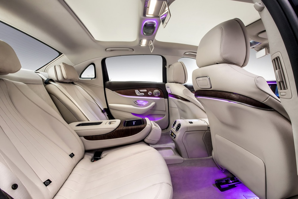 Bên trong Mercedes-Benz E-Class LWB thế hệ mới, khoảng duỗi chân dành cho hàng ghế sau được kéo dài thêm 134 mm. Ngoài ra, hàng ghế thứ hai của xe còn bị đẩy lùi về phía sau, giúp việc ra/vào dễ dàng hơn.
