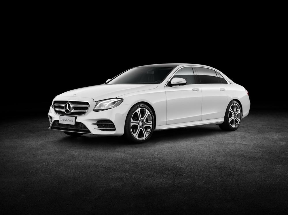 Như vậy, Mercedes-Benz E-Class LWB mới thậm chí còn có chiều dài cơ sở nhỉnh hơn cả con số 3.035 mm của S-Class tiêu chuẩn. Trong khi đó, chiều dài tổng thể của Mercedes-Benz E-Class LWB thế hệ mới chỉ thua S-Class tiêu chuẩn một chút. Chiều dài tổng thể của Mercedes-Benz S-Class tiêu chuẩn là 5.116 mm.