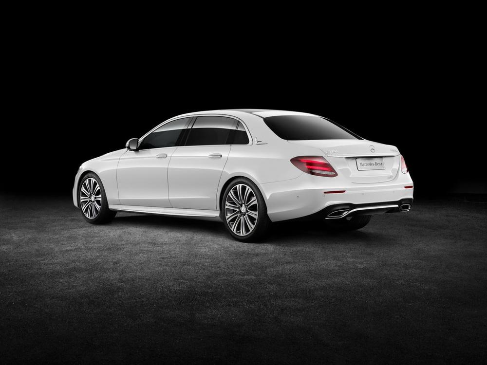 So với xe tiêu chuẩn, Mercedes-Benz E-Class LWB thế hệ mới chỉ được kéo dài cửa sau bên sườn và trần xe. Hãng Mercedes-Benz đã tích hợp cửa sổ hình tam giác vào trụ C của E-Class LWB để có thiết kế hài hòa hơn.